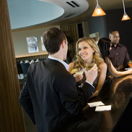 """İlk izlenim çok önemlidir!  Hem doğru hem yanlış: Psikoloji Profesörü Richard Wiseman'ın 2006 yılının nisan ayında yaptığı hızlı randevu (speed dating) araştırmasına göre kadınlar bir erkeği tekrar görüp görmeme konusunda daha hızlı karar veriyorlar. 100 kadından 45'i; 30 saniye içinde karşılarındaki kişinin ikinci randevuyu hak edip etmediğine karar verebiliyor. Erkeklerin ise sadece yüzde 22'si böylesine kararlı. Neden mi?   Lucy Vincent; """"Karşımızdakinden aldığımız sinyaller Önce bilinçaltına gönderiliyor burada analiz edildikten sonra üst bilince taşınıyor"""" diye açıklıyor. Yani biyolojimiz kendini bilinç akışına bırakıyor. Dolayısıyla işin içine büyük oranda mantık da karışıyor."""